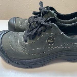 Keen woman's hiking shoes size 7.5 tie